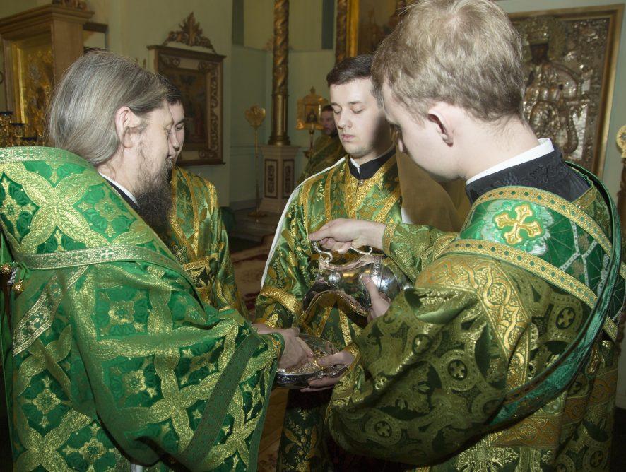 Флун Гумеров преподнес епископу Каскеленскому Геннадию серебряный сосуд для омовения рук